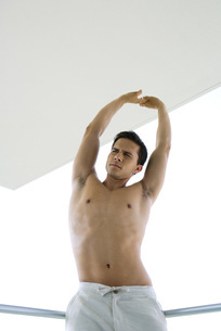 Man stretching arms over headの写真素材 [FYI04320578]