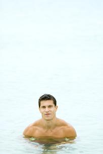 Muscular man chest deep in waterの写真素材 [FYI04320592]