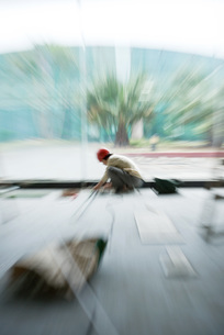 Construction worker, blurred motionの写真素材 [FYI04320639]