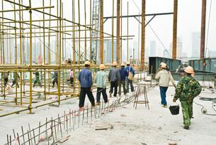 Construction workers leavingの写真素材 [FYI04320686]