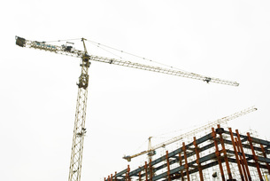 Crane and building frameの写真素材 [FYI04320688]