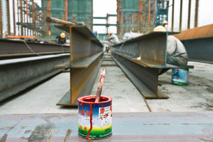 Paint can at construction siteの写真素材 [FYI04320697]