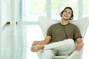 Man sitting and listening to headphonesの写真素材 [FYI04320730]