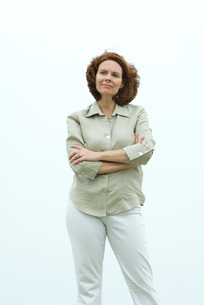 Mature woman standing with arms foldedの写真素材 [FYI04320770]