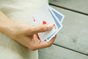 Woman playing card game of handの写真素材 [FYI04320781]