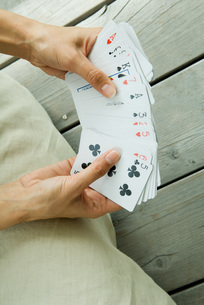 Woman holding deck of cards splayedの写真素材 [FYI04320784]
