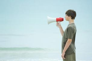 Boy using megaphoneの写真素材 [FYI04320786]