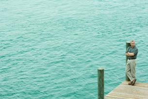 Man standing on corner of dockの写真素材 [FYI04320789]