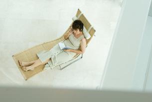 Woman sitting and writing in diaryの写真素材 [FYI04320799]