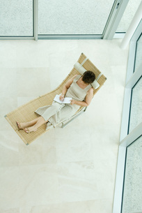 Woman sitting and writing in diaryの写真素材 [FYI04320800]