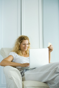 Woman making online purchaseの写真素材 [FYI04320830]