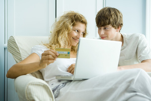 Woman and son using laptopの写真素材 [FYI04320831]