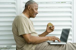 Man using laptopの写真素材 [FYI04320835]