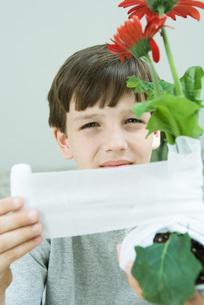 Boy wrapping gauzeの写真素材 [FYI04320847]