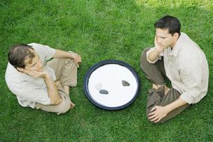 Two men sitting next to rock gardenの写真素材 [FYI04320873]