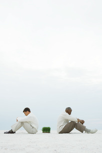 Two men sitting back to backの写真素材 [FYI04320911]