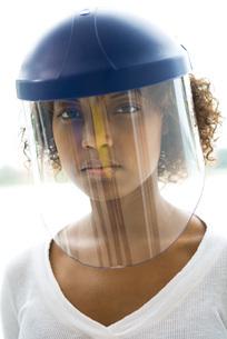 Woman wearing protective helmetの写真素材 [FYI04320918]