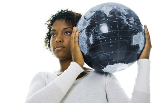Woman carrying globe on shoulderの写真素材 [FYI04320919]