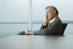 デスクに座るビジネスマンの写真素材 [FYI04320953]