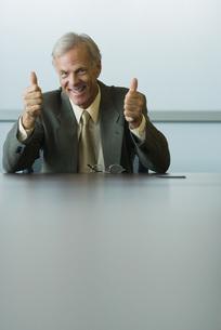 両手で親指を立てるビジネスマンの写真素材 [FYI04320954]