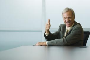 片手で親指を立てるビジネスマンの写真素材 [FYI04320955]