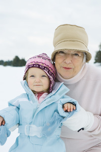 Grandmother and granddaughter smilingの写真素材 [FYI04321003]