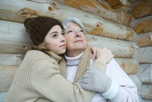 Granddaughter and grandmother embracingの写真素材 [FYI04321006]