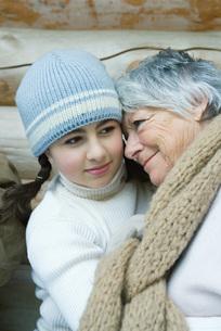 Grandmother and granddaughterの写真素材 [FYI04321011]