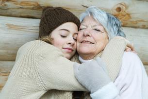 Grandmother and granddaughter embracingの写真素材 [FYI04321012]
