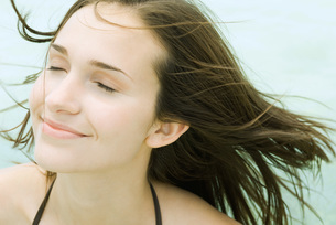 woman smiling, hair blowing in breezeの写真素材 [FYI04321045]