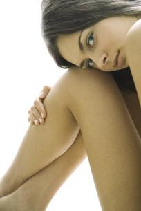 woman resting head on bare kneesの写真素材 [FYI04321055]
