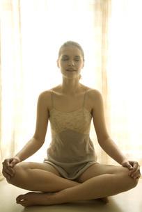 girl sitting indian styleの写真素材 [FYI04321059]