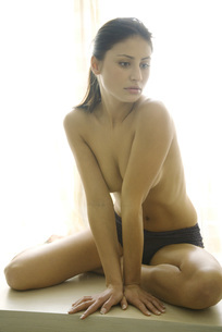woman sitting in underwearの写真素材 [FYI04321061]