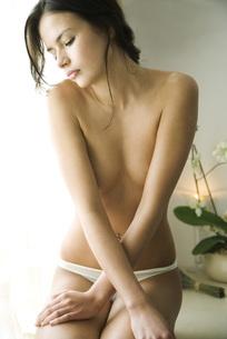 woman sitting in underwearの写真素材 [FYI04321067]