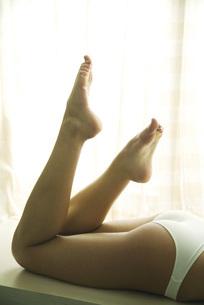 woman lying on stomach in underwearの写真素材 [FYI04321069]