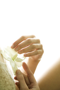 Female holding orchid flowerの写真素材 [FYI04321081]
