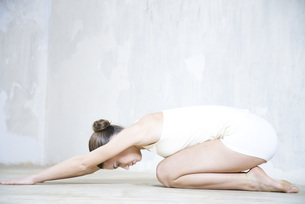 woman doing yoga poseの写真素材 [FYI04321113]