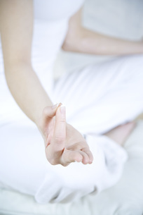 Woman sitting in lotus position of handの写真素材 [FYI04321117]