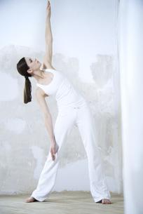 Woman standing, doing yoga poseの写真素材 [FYI04321122]