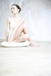 Woman sitting in yoga poseの写真素材 [FYI04321125]