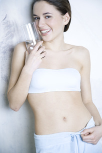 Woman holding glass of waterの写真素材 [FYI04321137]