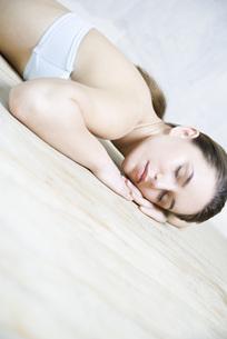 Woman reclining in floorの写真素材 [FYI04321138]