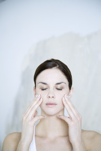 woman touching cheeksの写真素材 [FYI04321139]