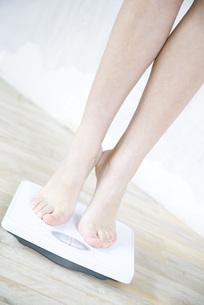 Woman standing on tiptoe on bathroomの写真素材 [FYI04321142]