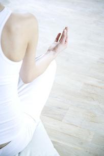 Woman sitting in lotus positionの写真素材 [FYI04321144]