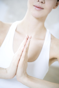 Cropped view of woman in prayer positionの写真素材 [FYI04321147]