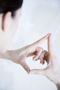 Woman making gesture with handsの写真素材 [FYI04321153]