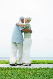 couple dancing on sidewalkの写真素材 [FYI04321185]