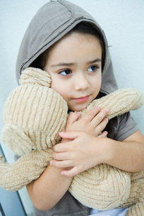 girl holding teddy bearの写真素材 [FYI04321203]