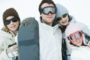 friends dressed in winter sport gearの写真素材 [FYI04321243]